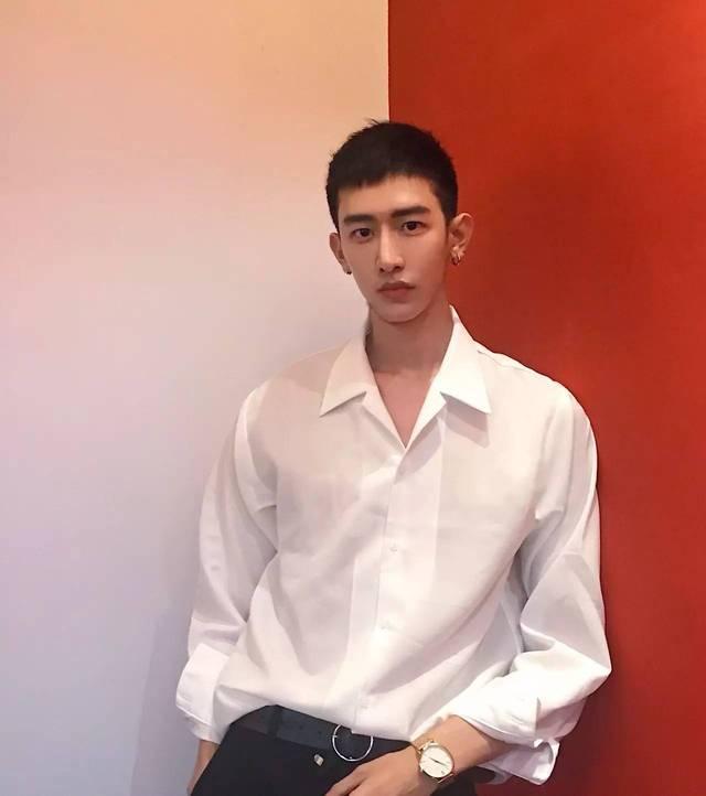 new super的男友,不同于其他肌肉男,他的拍照其实挺high fashion的.