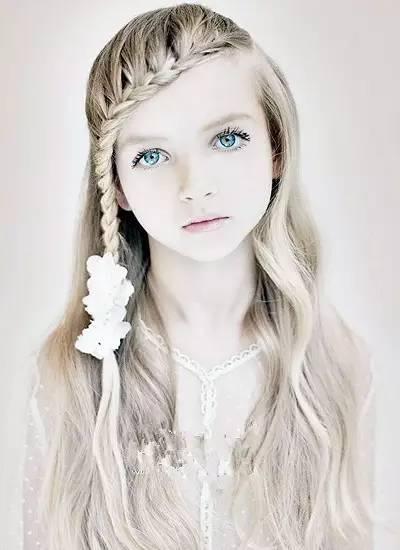 发丝固定住稍有些复杂的编发盘发,很是精美,映衬着小女孩可爱的小圆脸图片
