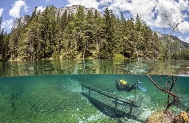 奥地利绿湖水下公园坐落在特拉古斯霍赫史瓦山脚下.