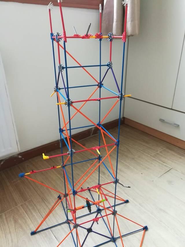 5、安装发动机喽!这可是整个玩具的动力之源。有没有很像建房子另一个重要的步骤——上大梁?