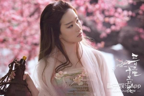 白浅的衣服上还有很多鲜花枝叶做点缀,更突显了她青丘女帝拥抱大自然