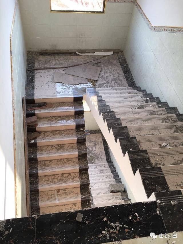 双跑式楼梯设计方便上下楼,地面采用防滑地砖铺设而成,不过并没有安装图片