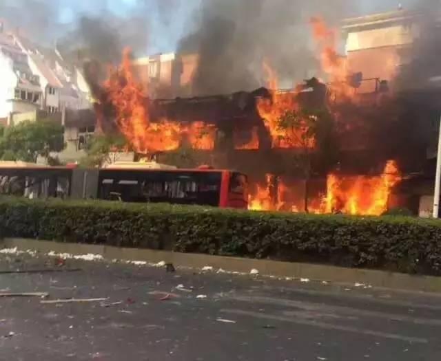 今日凌晨,嘉兴市区小区内突发爆燃!窗户被震碎.火势凶猛.