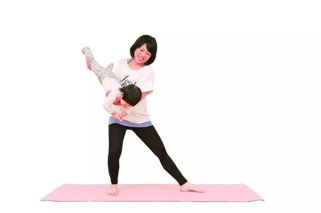 成人两脚打开站立后,将双手往前伸展,然后前后摆动趴抱着的宝宝.