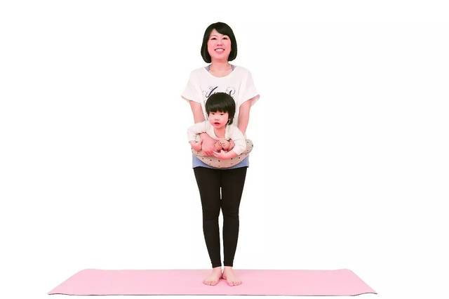 成人两脚打开站立后,身体往前弯,自然放松垂下,再像钟摆一样,左右摆动