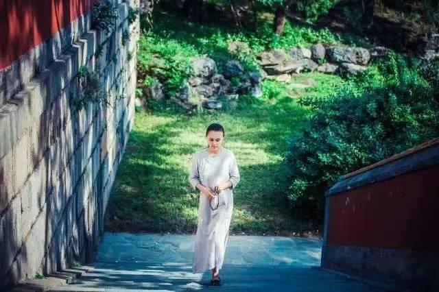 茶道瑜伽并蒂莲, 两者皆与佛有缘. 而今融为大智慧, 修得体健心安闲.图片
