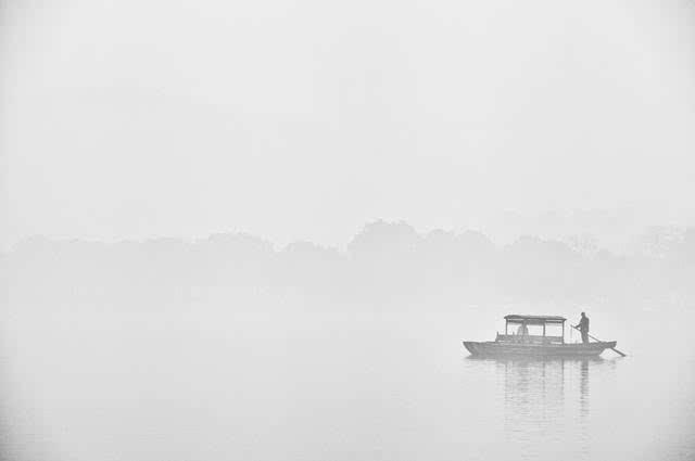 远处的断桥横落在湖与岸之间,流转的回风仿佛穿越千年的时光,那个被图片
