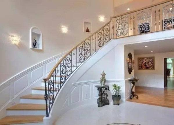 像这样的弧形的楼梯墙壁,装饰画安装比较麻烦,那么一面大大的画布就能