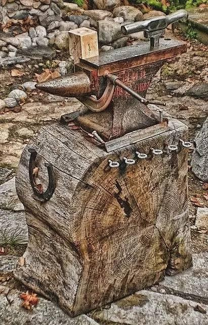中国民间铁匠奉道教太上老君为祖师,称铁砧为