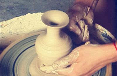 最后稍微修饰一下,一款纯手工拉坯陶瓷花瓶就制成了.