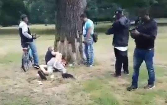性sheng活影片裸体zuoai_英国《镜报》报导,这段疯传的影片显示,当事男女在树下做爱时,已有