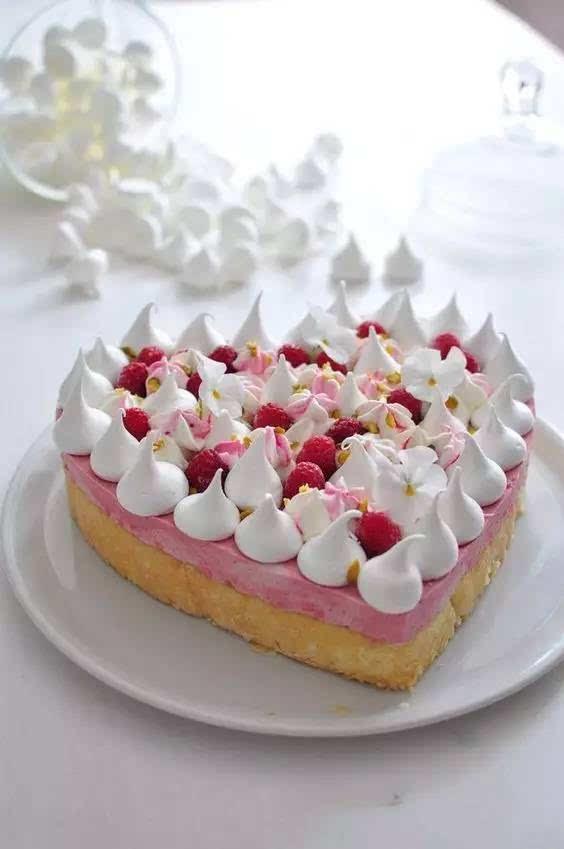 只能用着四个字『倾国倾城』来比情人节蛋糕的美了图片
