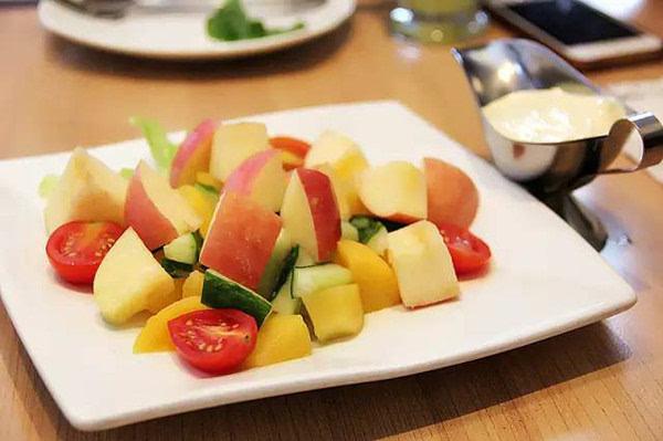 必家的缤纷水果沙拉也是良心产品,苹果,黄桃,黄瓜,圣女果,一个都不能图片