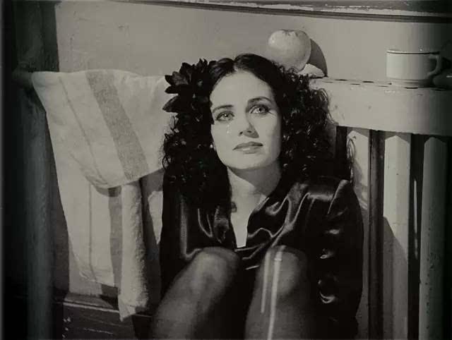 被害人是年仅22岁的白种女性伊丽莎白·肖特,酷爱黑色着装,渴望成为