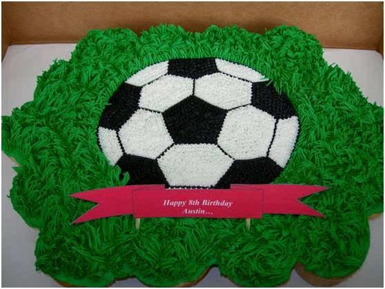足球蛋糕纸杯蛋糕,男孩子一定超爱这个蛋糕,绿色奶油做出来的草地,看图片