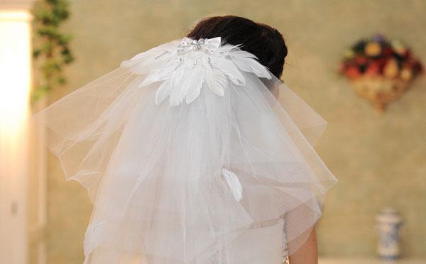 对于对自己身材不太满意的新娘可以借助头纱遮挡胳膊,肩膀,背部,能够图片