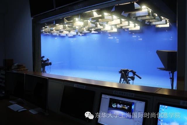 SCF 11月8日下午,上海国际时尚创意学院(以下简称SCF学院)接受了教育部专家组的调研和检查。这次的教学工作审核评估受教育部高等教育教学评估中心委托,专家组一行将对我校进行为期一周的审核评估工作。北京服装学院副院长廖青教授、同济大学设计创意学院副院长范圣玺教授、中央财经大学邢文祥教授三位专家来我院进行了实地调研考察。  北京服装学院副院长廖青教授 Professor Liao Qing, Vice Dean of Beijing Institute of Fashion Technology