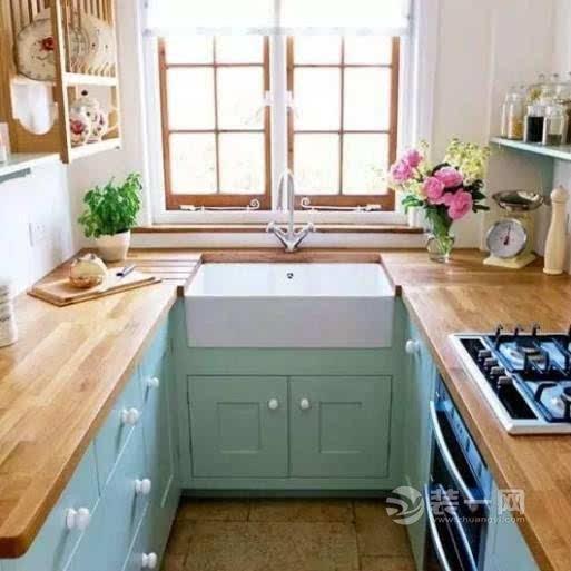 本身就要厨房的形状趋向于有比较大开间的正方形,所以在国内的中小型
