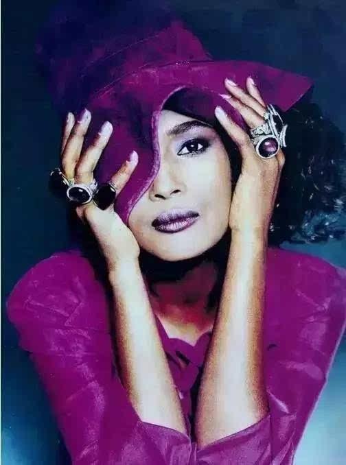 这个美丽的非洲女孩,叫华莉丝·迪里,1965年出生于非洲大陆东北角的索