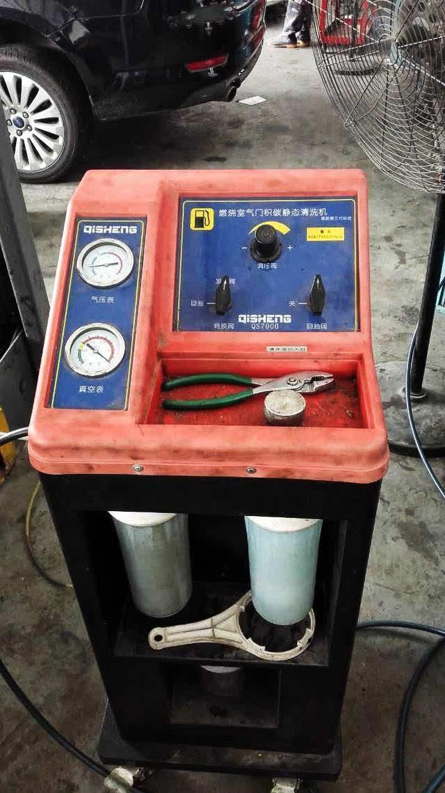 清洗机顶部有转换阀,调压阀,回抽阀三个阀门开关,阀门开关左侧是气压图片
