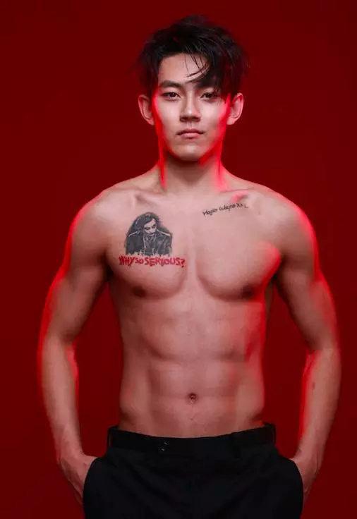 不输吴磊易烊千玺,这个8块腹肌的17岁少年撩妹无数图片