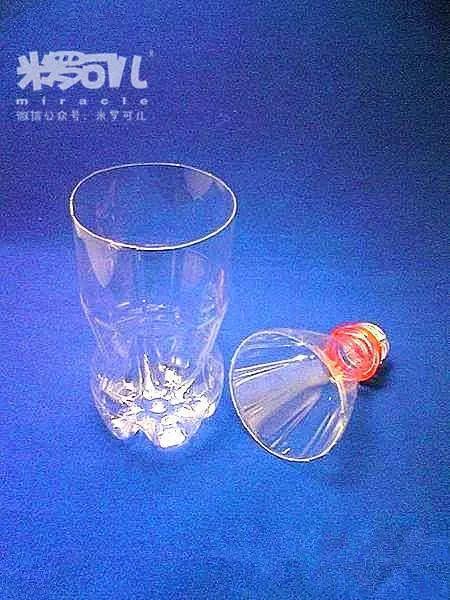 利用饮料瓶手工制作漂亮的花瓶,倒入清水,插入一朵素雅的大花,简单