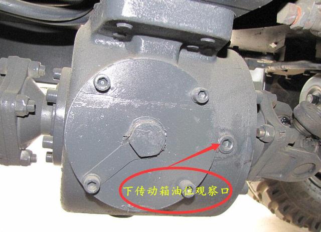 下面我以为例,在整机齿轮油保养上做下介绍: 一,变速箱和上传动箱加油图片