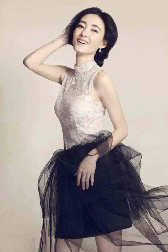 斜分刘海,自然黑色长发披肩,发梢内卷,淡雅裸妆,浑身散发小清新气质.