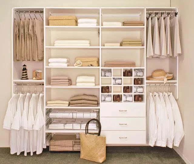如下图,同样的一个衣柜,根据不同的需求可以有不同的分区布置:  那么不同的家庭的衣柜内部结构自然也不同,下面小编精选了40款不同的衣柜内部结构案例,各位可以参考一下,看到适合自家的记得收藏哟! 1  2