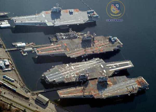 美国布雷默顿海军基地的四艘退役航母