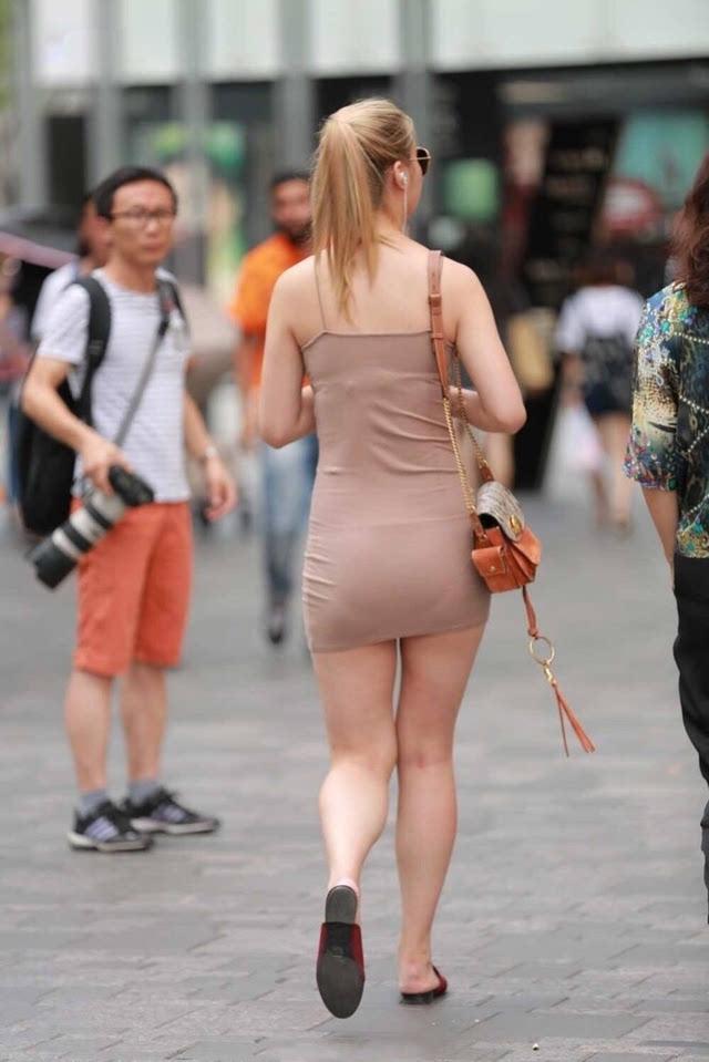 街拍 夏日街头穿搭潮流紧身短裙白腿少妇