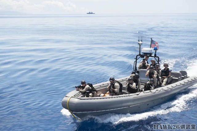 美军快艇靠近一艘菲律宾海军小艇,进行临检.
