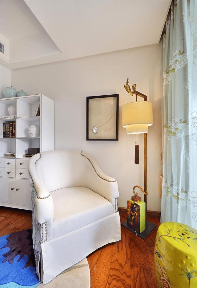 休闲区,摆个休闲椅与禅意的落地灯,黄色鼓凳搭配,显得充满中式的气息图片