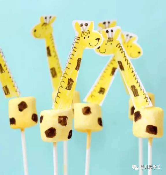 5用把长颈鹿的脖子及尾巴分别插入杯身相对应位置,并用棕色马克笔画图片