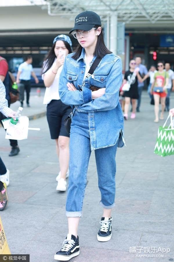 现身机场,脚踩vans球鞋上演cool girl style图片