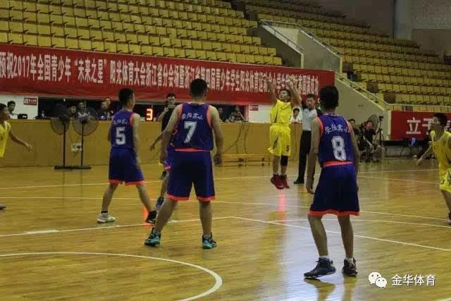 比赛结束后,篮球培训班的小运动员们立即投入了热火朝天的训练中