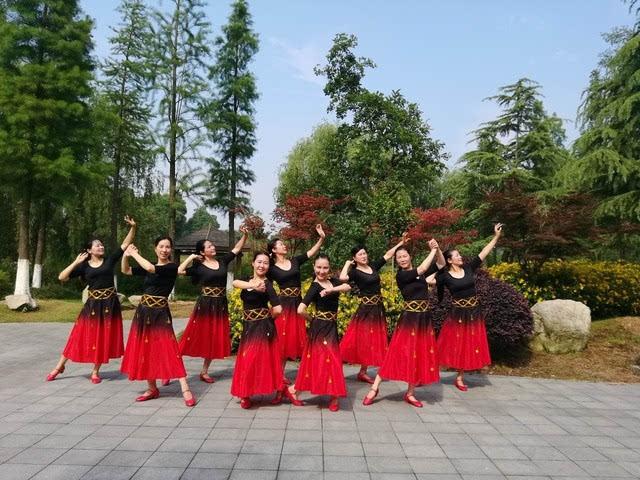 新疆维族女人人体艺术_维族舞节奏的基本特征:多用切分音附点节奏和弱拍上给以强势的艺术