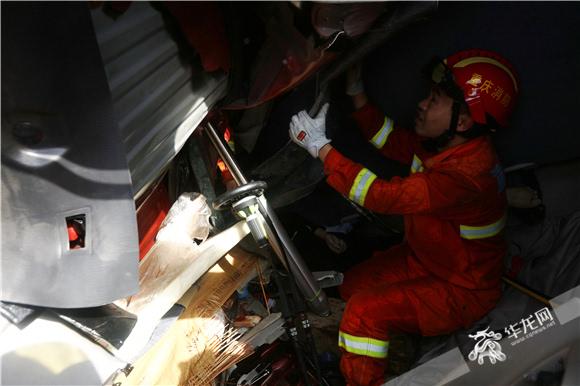消防救援人员用液压钳将挤压在被困人员身旁的铁皮剪开.