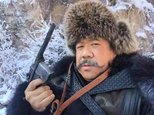 秦卫东说,许大马棒这个角色对他来说充满了挑战,因为以往参演电视剧都