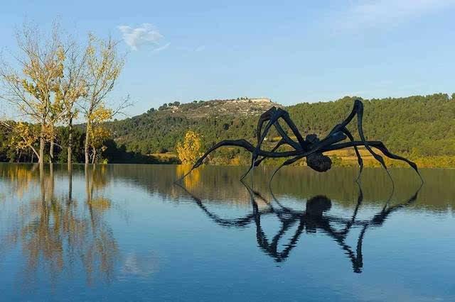 路易丝·布尔乔亚,《蜷伏的蜘蛛》(crounching spider), 2003年