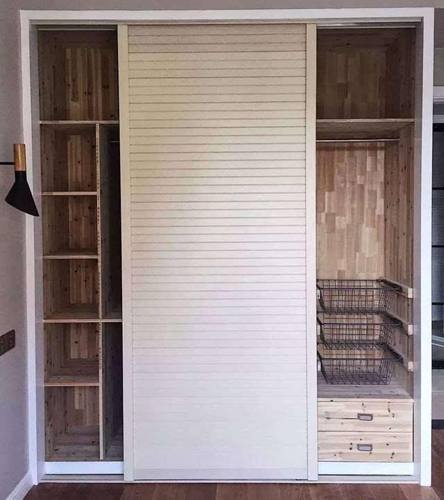 一、普通衣柜 一般来说,小编建议普通家庭的衣柜做定制或木工来做,不推荐买成品,因为成品衣柜的设计并不是根据自己的使用习惯来设计的,功能方便多少会有缺陷;下面先来几款普通点的衣柜,因为都是定制或木工做的,所以基本都是通顶的,这样可以提升内部的空间,让衣柜更加实用。 1  2、像这顶部利用起来,平时可以存放行李箱、换季的被子等大物件,非常的实用;