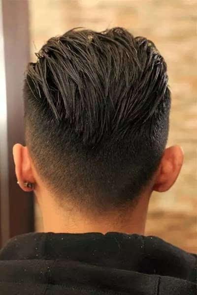 同样将前方刘海往后梳,将两边头发往后方中心梳图片