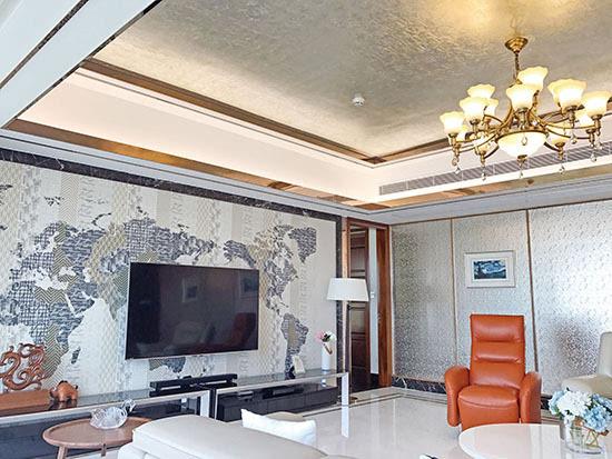 客厅电视背景墙利用墙纸营造出地图的即视感,营造现代气氛.