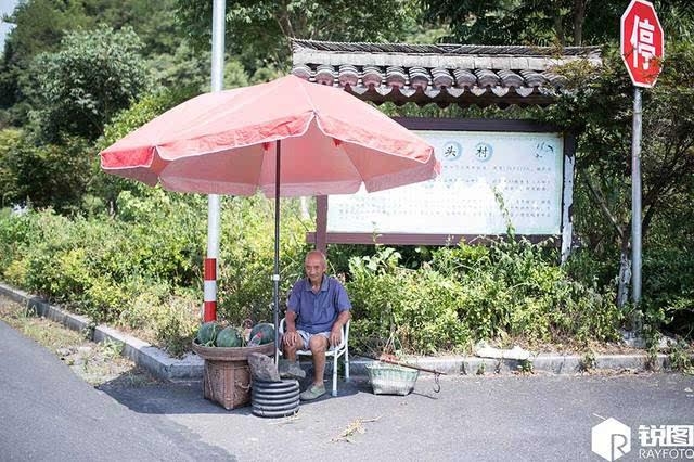 许大爷早上七点就开始在路边摆了个小摊卖西瓜,一待就是一整天,中饭是图片