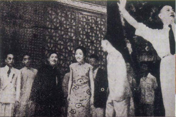 孟小冬(中)参加杜寿义演《搜孤救孤》剧终谢幕(1947年9月8日) 右一不