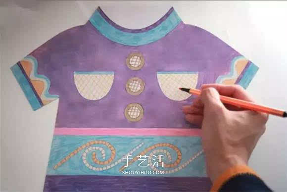 利用剪纸和画画,对环保纸袋进行改造的小手工制作,做成的环保袋是可爱的衣服造型,实在太好玩了!  需要准备好环保纸袋,还有卡纸、双面胶和彩色画笔。  在卡纸上画出衣服图案,剪下来。  用彩色画笔给衣服涂上颜色。  再用同样方法做一个卡纸衣服。  最后把两个卡纸衣服粘贴在环保纸袋的正反面,一个有趣又漂亮的环保纸袋就做好啦~  内容来源于,手艺活网,版权归原作者所有。我们尊重原创者版权,除我们确实无法确认作者外,我们都会注明作者和来源。在此向原创者表示感谢。若涉及版权问题,烦请原作者联系我们