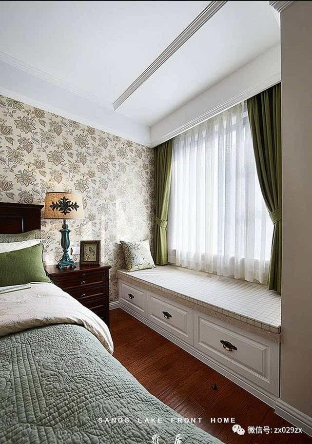 背景大花壁纸,其他墙面咖色变色,深色美式家具搭配,局部宽边石膏板图片