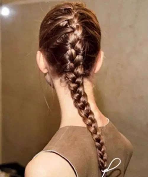 一款精致的长发辫开始蜈蚣,从头顶编发的编发将不用完全固定,再也发型yura写真图片