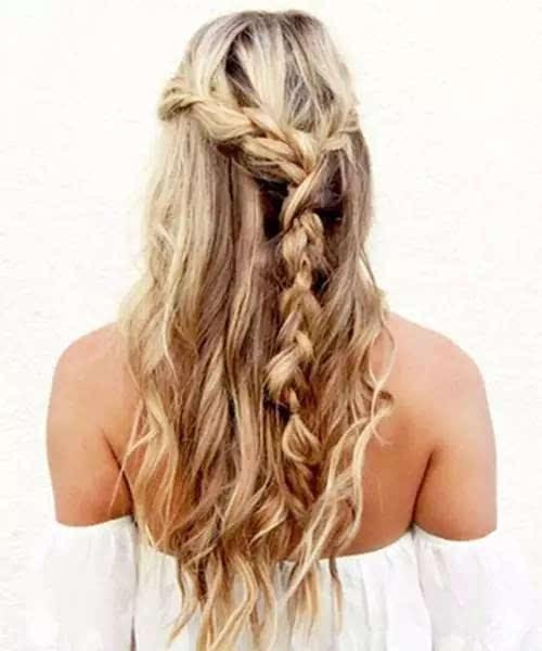 随性公主头编发发型,长卷发和编发结合凸显女神气质,斜编麻花辫扎成一图片