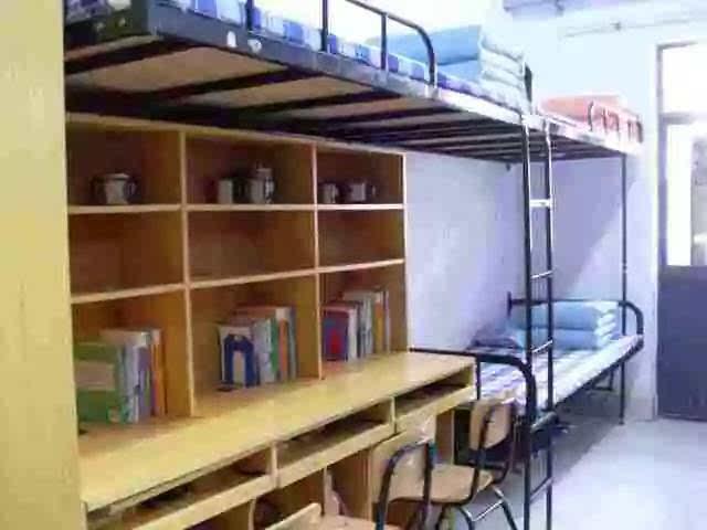 没空调但有电视 平时不让看 能放u盘里的视频 北京林业大学 男寝6人间图片